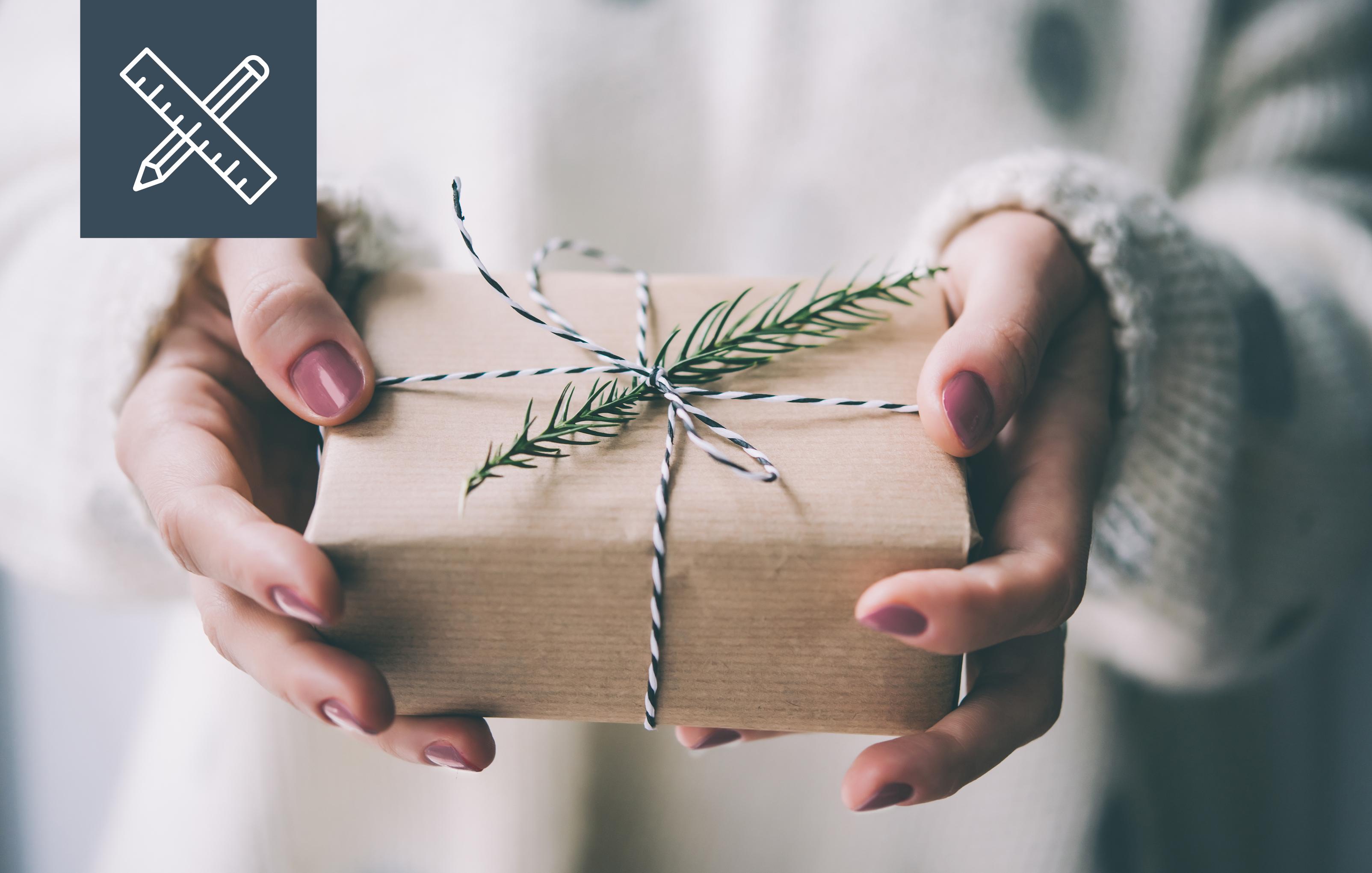 Bild zeigt eine Frau mit Geschenk in der Hand   DESIGNSTUUUV