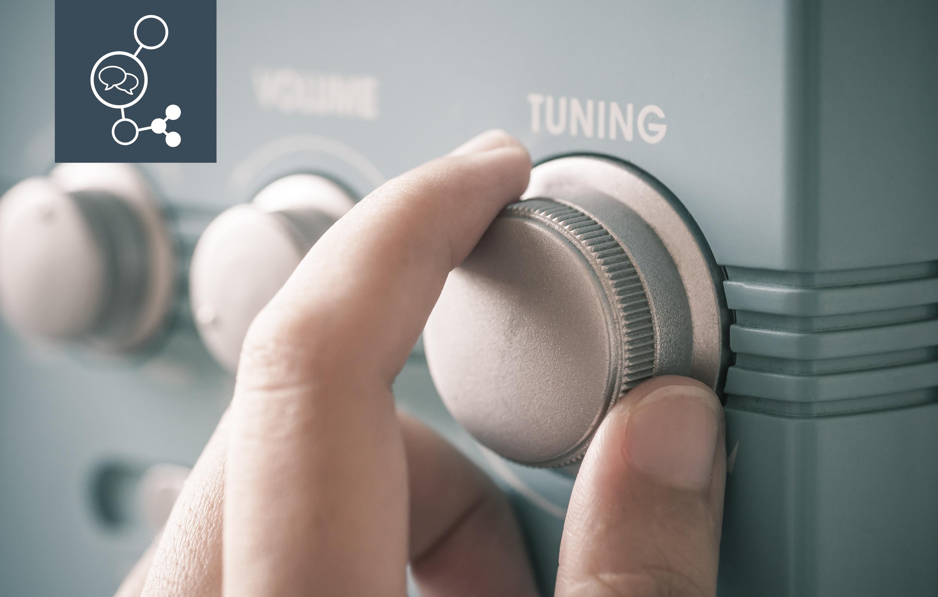 Das Bild zeigt eine Hand, die die Lautstärke an einem Radio hochdreht | Social Listening